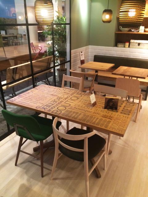 tekst op tafelblad hout