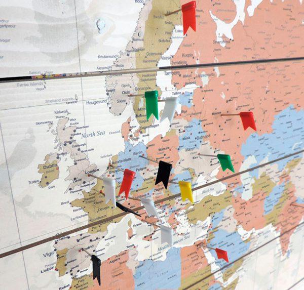 Houten Wereldkaart Style met vlaggetjes