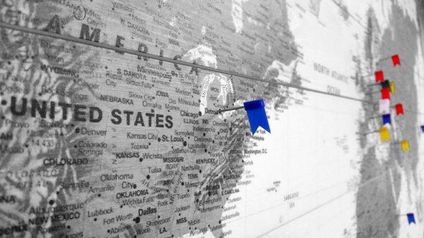 Houten Wereldkaart Zwart-Wit met vlaggetjes