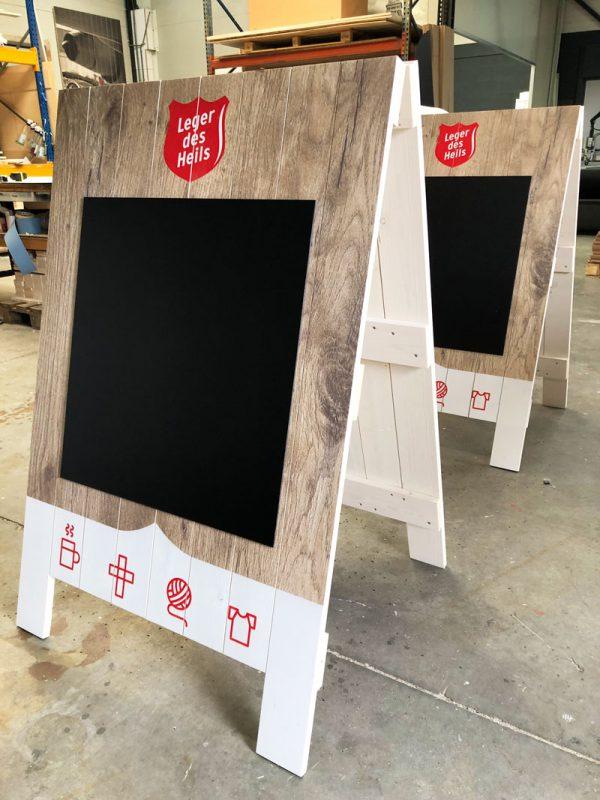 Houten-stoepbord-met-krijtbord