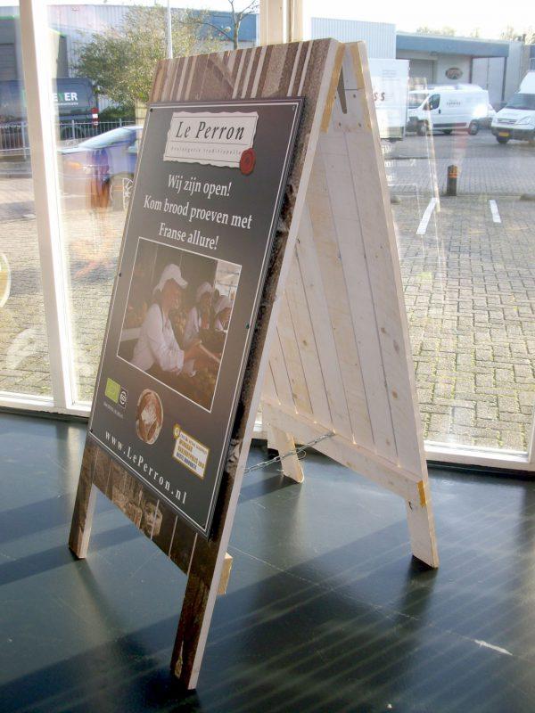 houten stoepbord met reclamebord