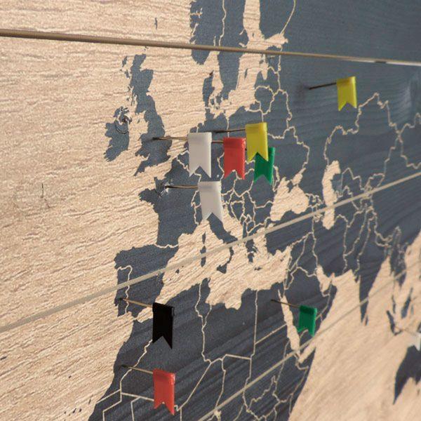 Wereldkaart op Hout Black Vlaggetjes