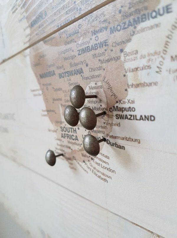 Wereldkaart Sepia op Hout met Pins