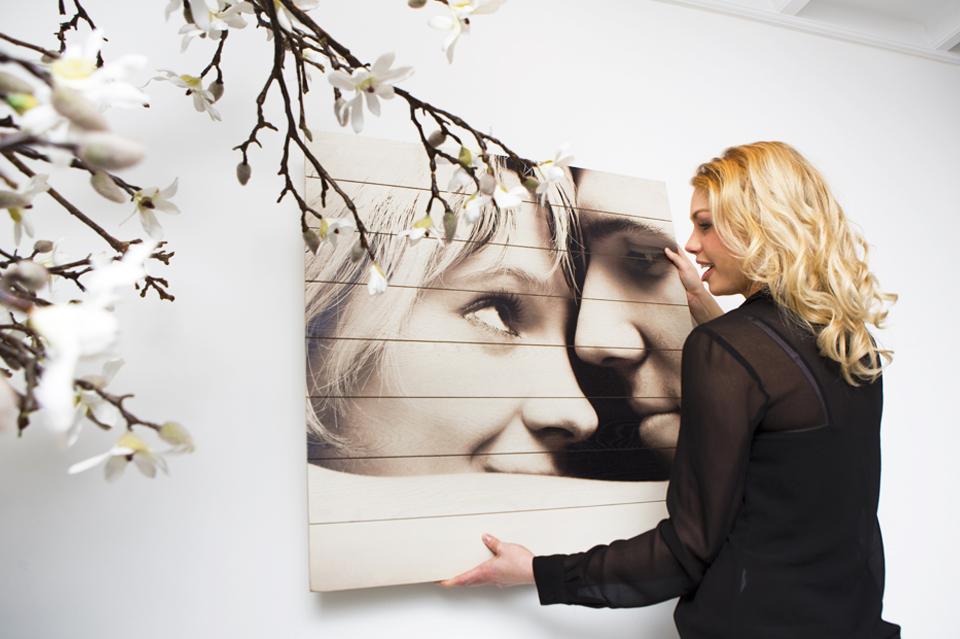 Foto op hout aan de muur