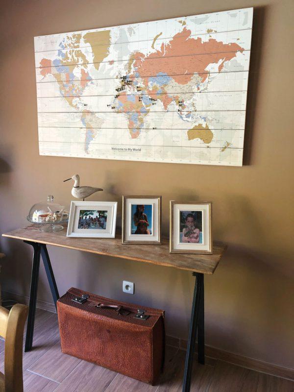 Wereldkaart-op-Hout-in-woonkamer